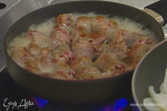 Разогреть в глубокой сковороде 2 ст. ложки растительного масла и обжаривать колбаски в течение 5 минут, затем влить 50 мл вина и тушить до готовности.