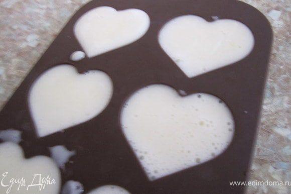 Часть сливочно-молочный массы залить в формочки для конфет.