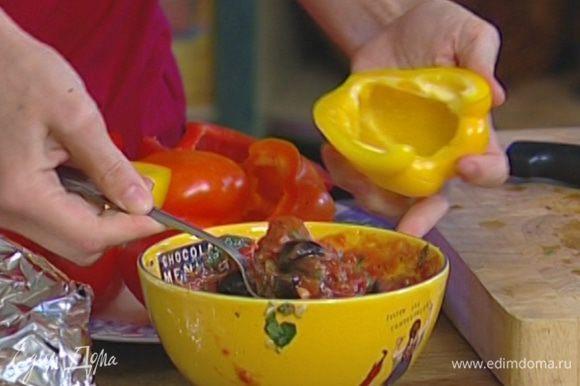 Приготовить начинку: анчоусы, 5 оливок и 2‒3 веточки базилика мелко порубить, добавить нарезанные помидоры и чеснок, 1‒2 ст. ложки оливкового масла, посолить, поперчить и перемешать.
