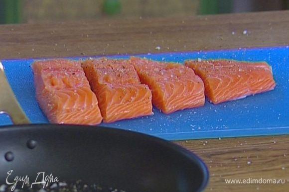 Рыбу вымыть, просушить бумажным полотенцем, слегка посолить и присыпать сычуаньским перцем.