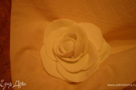 Мастичная роза. http://www.edimdoma.ru/recipes/21998 - здесь Оксанкин МК по розочкам. Я его посмотрела только сейчас, сама делала, как додумалась, поэтому мои первые розочки далеки от идеала, не судите строго, скоро исправлюсь))