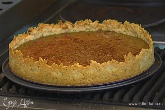 Убавить температуру в духовке до 100°С. Наполнить пропеченный корж печеночной массой и выпекать еще около 40 минут, затем остудить.