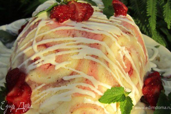 И украсить по усмотрению. Можно немного полить сметаной смешанной с сахарной пудрой. Торт с клубничным суфле украсить клубничкой и листиками мяты.