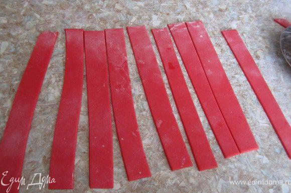 Пышный бант. Раскатать мастику. Нарезать полоски одинаковой длинны и ширины.