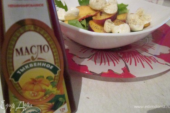 Полить салат, каким нибудь интересным маслом, чтобы еще лучше подчеркнуть его вкус. У меня салат заправлен маслом из семечек тыквы. Посыпать молотым черным перцем и семечками кунжута. Салат легкий, вкусный, сочные персики покоряют своим нежным шелковым вкусом. Нам понравилось, попробуйте и вы:))