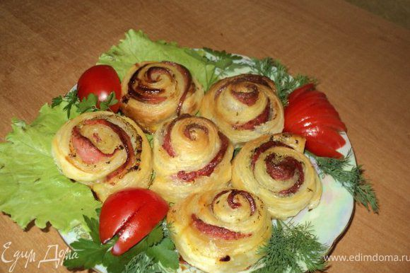 """Готовые """"розочки"""" с цитрусовыми посыпать сахарной пудрой, с колбасой смазать сливочным маслом."""