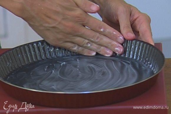 Смазать противень или неглубокую форму для запекания оставшимся оливковым маслом.