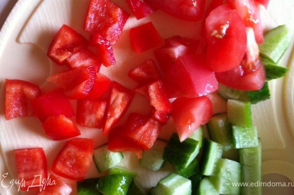 квадратиками режем огурцы,помидоры,перец