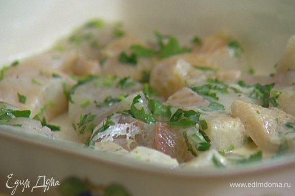 Рыбу нарезать кусочками, смешать с кремом, добавить лимонный сок и измельченную зелень. Выложить все в керамическую жароупорную форму.