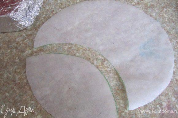 Из пергаментной бумаги вырезать круг, по размеру торта, и форму предполагаемого разреза.