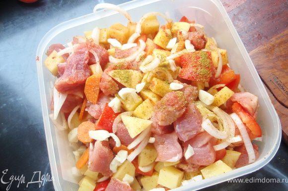 Картофель почистим и нарежем на небольшие кубики, добавим к мясу. Приправим солью, перцем, паприкой, хмели-сунели и хорошенько все перемешаем.