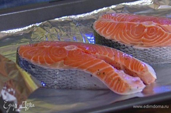 Уложить рыбу на противень и запекать в разогретой духовке 15–20 минут (в зависимости от толщины стейков).