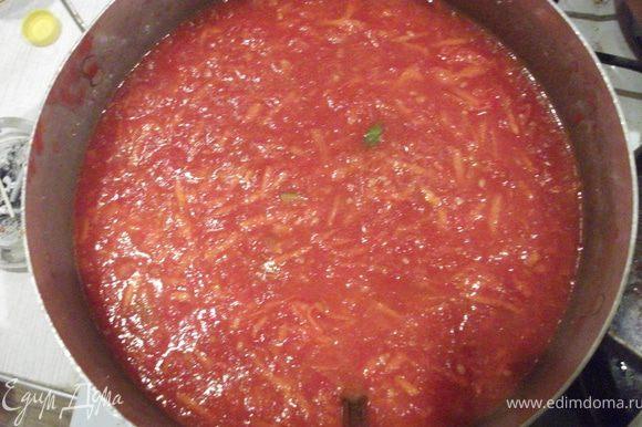 Помидоры смешать с морковью, добавить соль, сахар, подсолнечное масло, уксус, горький перец. ставим на огонь и кипятим 10 минут.