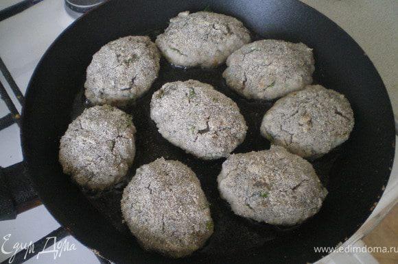 Сделать фарш. Для этого перекрутить в мясорубке щук и луковицы несколько раз.Добавить яйца, рубленную зелень , панировочные сухари. Посолить и перемешать. Сформировать котлеты, внутрь каждой положить по кусочку плавленного сыра. Жарить на сковороде. Подавать с тушёными овощами.