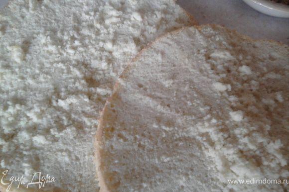 Вылить тесто в смазанную маслом и посыпанную мукой форму, и выпекать при т.150-175 градусов (я пекла при 170) около 40 минут. Вынуть готовый бисквит из формы, остудить и разрезать на три горизонтальных коржа.