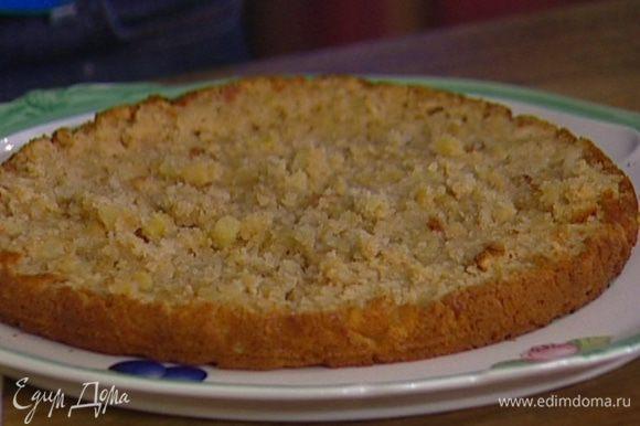Пирог разрезать на два коржа и остудить.