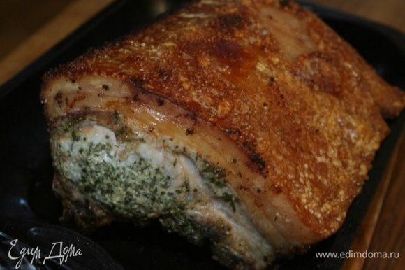 Еще через 30 минут уменьшить температуру до 180°С и продолжать запекать мясо до готовности (можно накрыть его фольгой, чтобы не подгорало).
