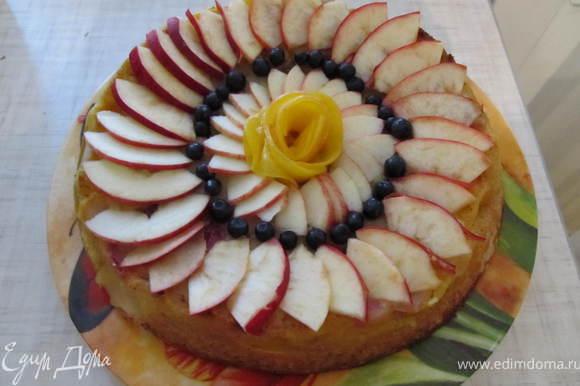 Можно украсить дольками яблок, розочкой из персика, черникой. По желанию можно залить желе.