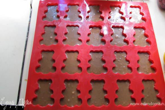 Тесто разлить по формочкам. Если пользуетесь селиконовой формой впервые, нужно смазать ее растопленным маслом. По желанию в серединку можно положить поломаный на кусочки шоколад.