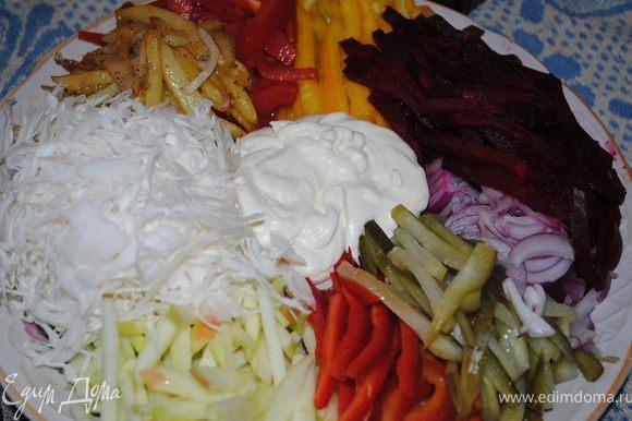 Все ингридиенты режем соломкой, выкладываем на тарелку по кругу, в средину наливаем майонез, только яблоко надо сбрызнуть лимоном, а картошку нарезать соломкой и пожарить.