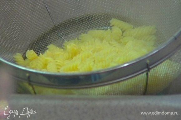 В воде, в которой варилась спаржа, отварить макароны, слегка недоварив их, затем воду слить и сохранить.