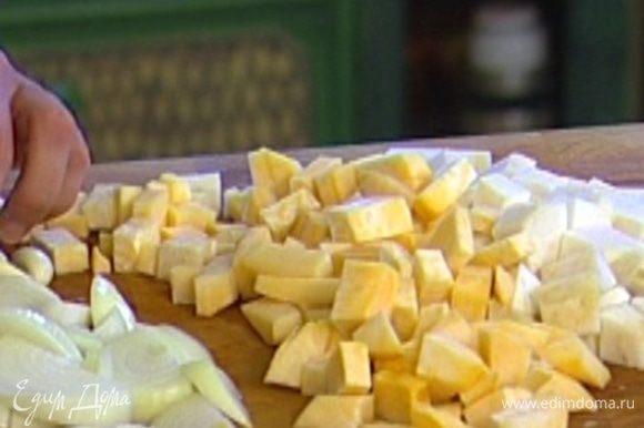 Картофель порезать кусочками, сельдерей и репу — кубиками.