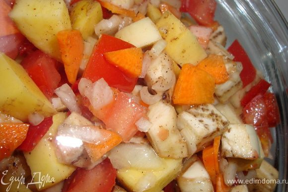 Хорошенько перемешиваем, заправляем оливковым (или другим растительным маслом, которое вы любите), накрыть крышкой и отправить в микроволновку. Сначала на среднюю мощность на 20 минут, а затем на самую высокую - на 10 минут. Если вы будете добавлять брюссельскую или цветную капусту (а можно и брокколи), то сделайте это за 10-15 минут до окончания приготовления, иначе нежная капустка расползется и будет невкусной.
