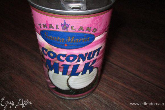 Добавить кокосовое молоко, хорошо размешать и прогреть до первых пузырьков. Попробуйте и досолите суп, по необходимости.