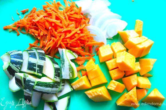 Морковку потереть на крупной терке, лук, фенхель, тыкву и кабачок порезать крупно.