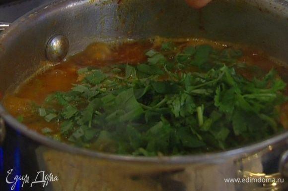 Добавить к курице сацебели, нарубленную зелень, 1 ч. ложку листьев тимьяна и томить под крышкой еще около 5 минут.