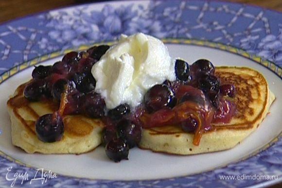 Полить оладушки ягодным соусом, украсить мятой и подавать с йогуртом.