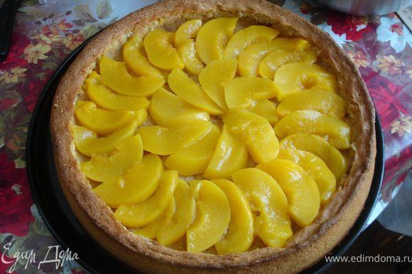 Уложить слой консервированных персиков, порезанных дольками.