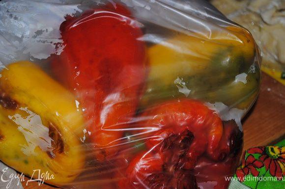 Когда перцы испекуться их нужно поместить в пакет на 15 минут. Потом с них кожура очень хорошо слазит.