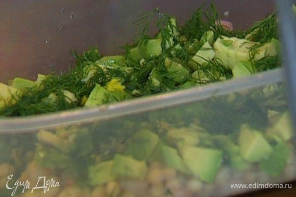 Добавить авокадо, цукини, листья салата и каперсы, все перемешать. Посыпать салат укропом и цедрой лимона, сбрызнуть лимонным соком, немного посолить и поперчить.