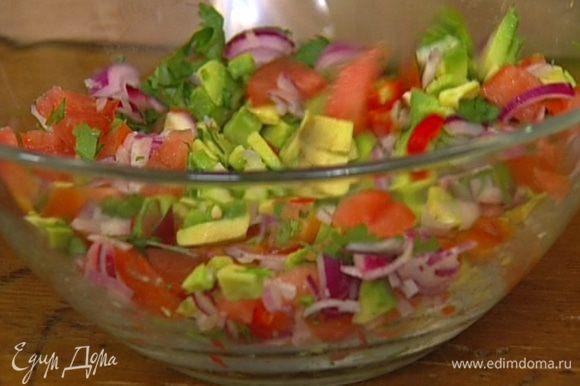 Все подготовленные овощи соединить и перемешать с зеленью.
