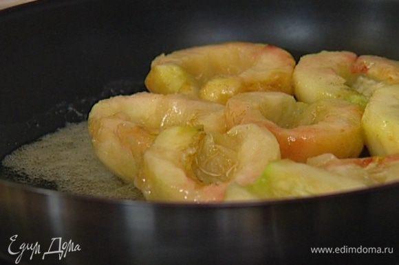Персики плотно уложить в карамель разрезом вверх, присыпать оставшимся сахаром и минут семь томить на небольшом огне.