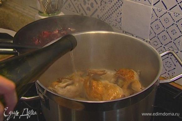 Добавить вино, гречку, перемешать, влить 100 мл воды, накрыть кастрюлю крышкой и тушить 20 минут.