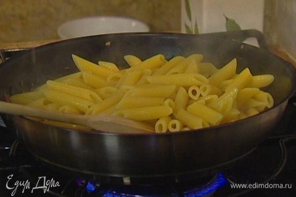 Выложить макароны в сковороду к фаршу, добавить небольшое количество воды, в которой они варились, влить сливки и слегка прогреть все вместе, не доводя до кипения.