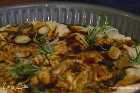 Смазать форму для выпечки оливковым маслом, выложить тесто, полить чесночным соусом, а сам чеснок воткнуть поглубже в тесто. Разломить веточку розмарина на маленькие кусочки и воткнуть в тесто.