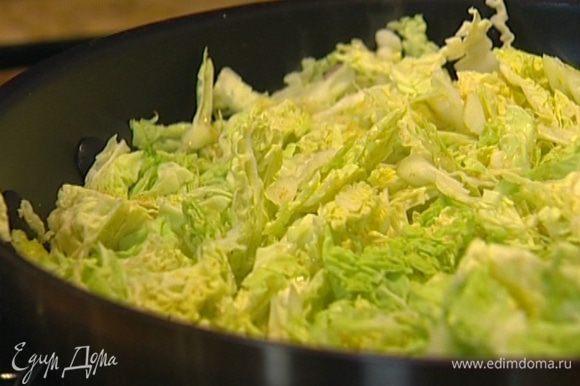 Добавить капусту и радиккио, сахар, клюкву, свежемолотый перец, соль, корицу и измельченные в ступке специи. Тушить около 30 минут на медленном огне, время от времени помешивая.