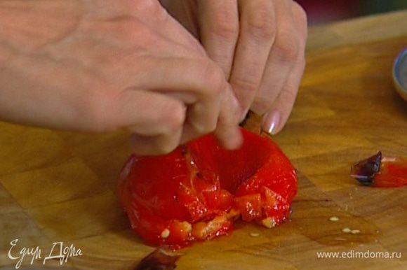 Снять с перца кожицу, удалить плодоножки с семенами, мякоть порезать кусочками.