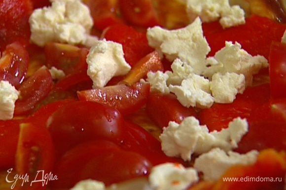 Смазать тесто томатным соусом, выложить сверху кусочки перца, помидоров и оливок, равномерно распределить творог.