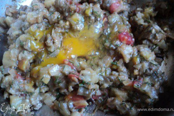 Фарш охладить и добавить яйцо, хорошо перемешать.