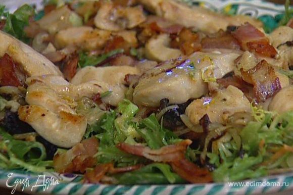 Добавить в заправку 1 ст. ложку оставшегося в сковороде от курицы жира, полить курицу и грибы, присыпать кинзой и подавать.