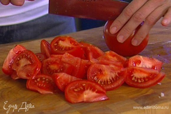 Помидоры нарезать крупными дольками, добавить к луку и чесноку.