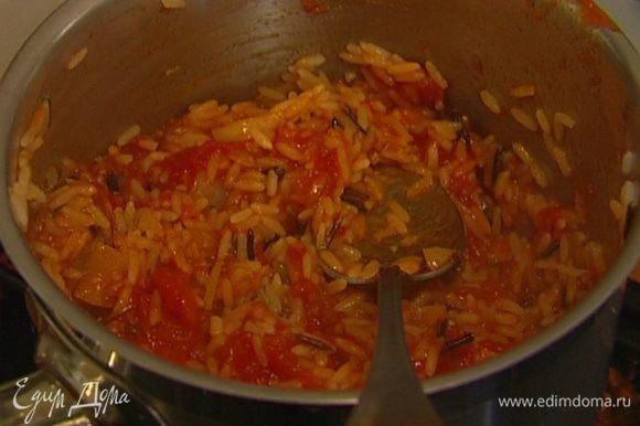 Заправить соусом готовый рис.