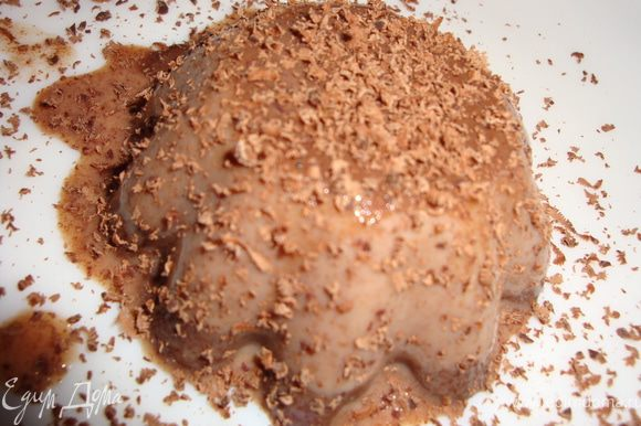 Дать желе (муссу) немного остыть, отправить формочки в холодильник, часа на 2-3. Когда Пана Котта застынет, опустить форму в кипяток на несколько секунд и перевернуть на тарелку, Украсить по желанию (я использовала темный и белый шоколад).