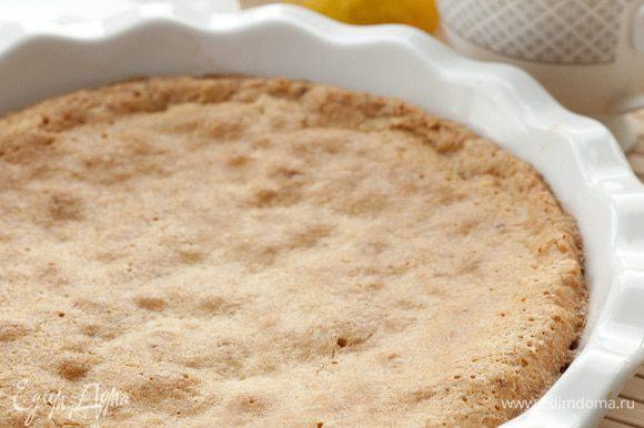 Смазать форму оставшимся маслом, выложить в нее тесто. Выпекать в разогретой духовке 40 минут.