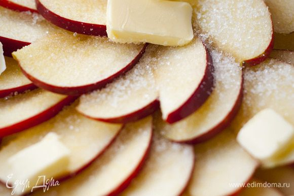 Яблоки, удалив сердцевину, порезать тонкими ломтиками.