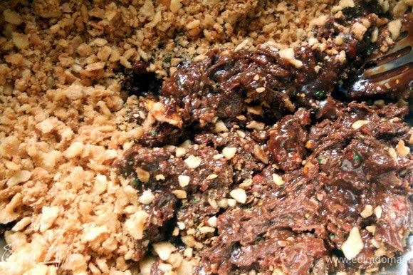 Соединить шоколадное драже, вафли, шоколадную массу, размешать. Сформировать конфеты, обвалять в вафельной крошке. До подачи хранить в холодильнике. ***Получились вкусные, хрустящие конфеты с шоколадно-карамельным оттенком! P.S Достаточно твердые, особенно после холодильника.Думаю, можно немного изменить текстуру, добавив немного сливок и до подачи дать постоять при комнатной температуре некоторое время***